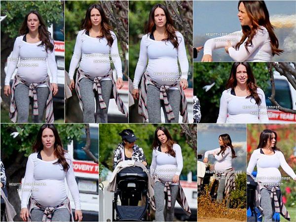 * 22/04/2015 : Jennifer (bien enceinte)  a été aperçue se baladant avec sa fille Autumn et une amie dans la Californie *