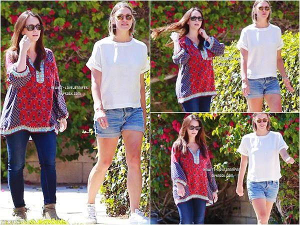 * 01/08/2015 : Jennifer a été repérée avec une amie alors qu'elles se promenaient dans les quartiers de Los Angeles *