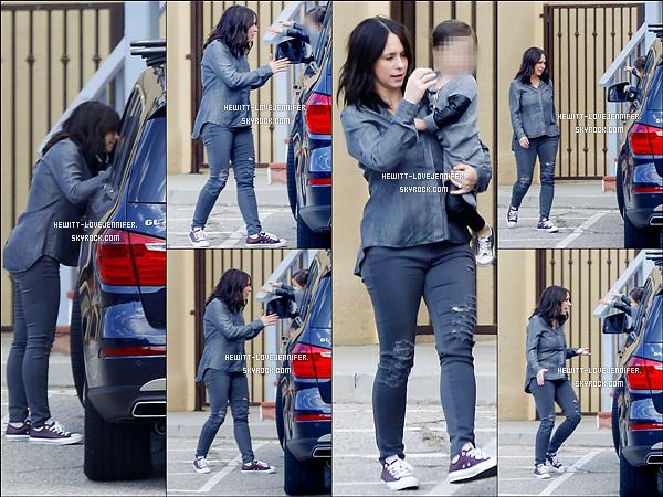 * 15/11/2015 : Jennifer a été repérée avec sa fille Autumn allant s'acheter à boire et peut être à manger à Malibu Autumn, est tenue par son père Brian, dans la voiture. Atticus était aussi dans la voiture mais toujours aucune photo de son boutchou  *