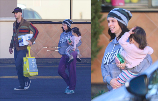 * 16/12/2015 : Jennifer a été repérée avec sa fille Autumn et son mari Brian dans une épicerie dans la Californie Nous n'avons toujours aucune photo du petit Atticus qui a du être gardé par des proches. La tenue de Jennifer est un flop.  *