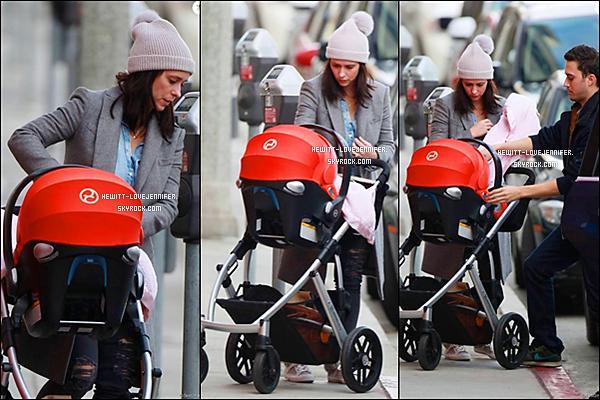 * 28/12/2015 : Jennifer a été repérée avec sa petite famille allant déjeuner dans les rues de Los Angeles *
