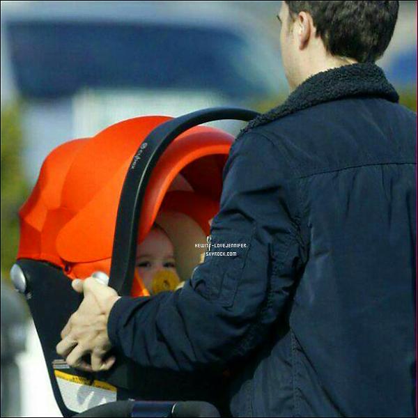 * 13/01/2016 : Jennifer, toute souriante, a été repérée avec sa petite famille se promenant dans les rues de Malibu *