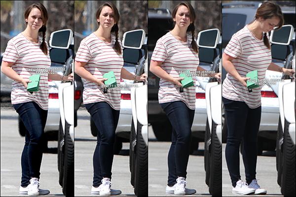 * 26/05/2016 : Jennifer a été vue avec son mari allant à l'épicerie chez Whole Foods à Santa Monica, Californie *