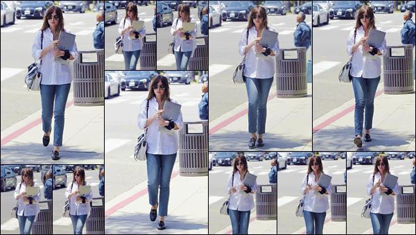 - ''•-29/05/19-' : Dakota Johnson a été photographiée alors qu'elle quittait un repas avec un ami, à Beverly Hills. Ordinateur sous le bras, l'actrice a été aperçue dans les rues de Beverly Hills, dans une tenue décontractées, aux couleurs assez primaires. -