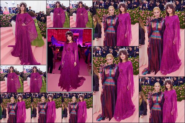 - ''•-06/05/19-' : Dakota Johnson était sur le tapis rose du «  Met Gala 2019 'Camp : Notes on Fashion' » à New York. C'est dans une création de la marque « Gucci » que Dakota a foulé le tapis rose du gala, en compagnie de sa petite soeur Grace Johnson. -