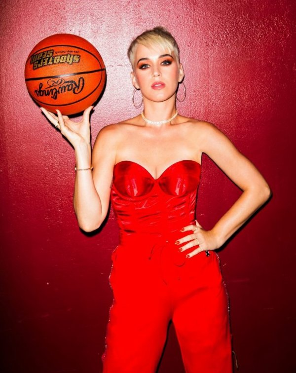 Katy Perry - behind the scenes of the Swish Swish music video