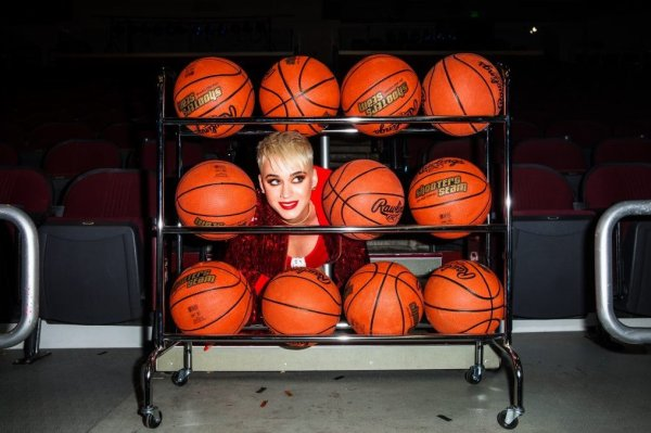 Katy Perry - behind the scenes of the Swish Swish music video