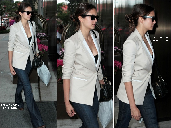 (214)14/05/2012• Nina arrivant à son hotel, toujours à New York. Je trouve que le look working girl lui va bien.