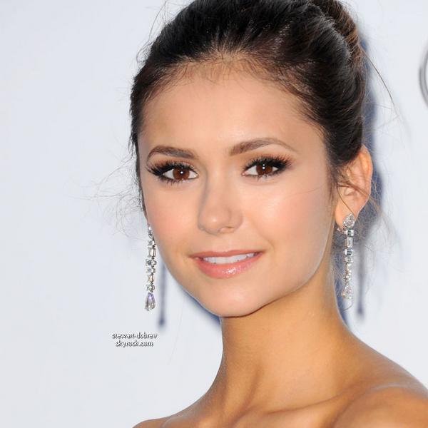 (228)24/05/2012• Nina c'est rendue au gala de l'amfAR à Cannes qui a récolté plus de 10 millions d'euros Nina était très jolie. J'aime la coupe de la robe mais la couleur et la matière pas trop.. mais sa reste jolie et pas un flop pour moi.