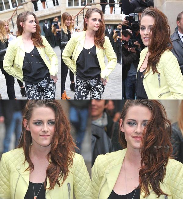 (320)27/09/2012●• Kristen au défilé Balenciaga à Paris. Après le cuir en noir, rouge, voila le jaune !  Bien entendu pour l'occasion, Kris est vêtus de Balenciaga des pieds à la tête. Bon le pantalon à motif et les shoes, non, non et non. Mais le cuir jaune et le top sans oublier le make-up et la coiffure (avec couleur rousse) je dis oui et oui !