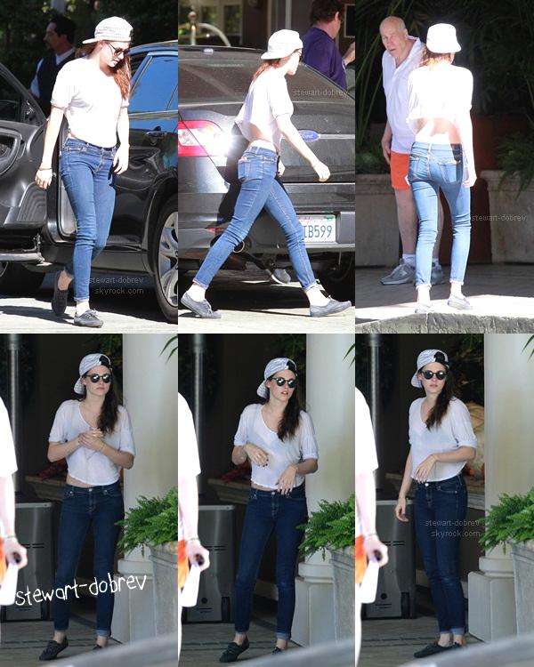 """(335)29/10/2012●• Kristen aujourd'hui même arrivant à l'hôtel '4 saisons"""" pour la press de BD2, à LA.  Mini le haut Kris, quand même. J'aime beaucoup le devant et les manches mais le dos..fin sa lui va bien après tout."""