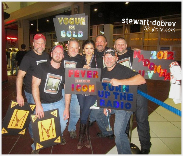 (360)18/11/2012▲▼ Une nouvelle photo très jolie de Nina prise lors du festival de Cannes 2012 + une photo de Nina toujours aved des fans à un concert de Madonna le 18 novembre.