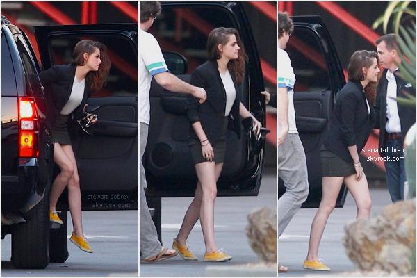 """(374)10/12/2012× Elle a été vu arrivant à l'émission """"Late Late Show with Craig Ferguson"""". Kristen j'adore tes chaussures, si je te les piques c'est pas grave ?"""