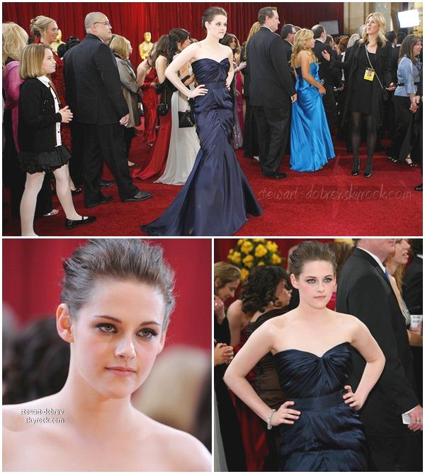 (417)28/02/2013FLASHBACK  C'est une Kristen resplendissante que nous retrouvons sur le tapis rouge des Oscars, le 7 mars 2010. Elle a présentée un prix avec sa co-star Taylor Lautner.