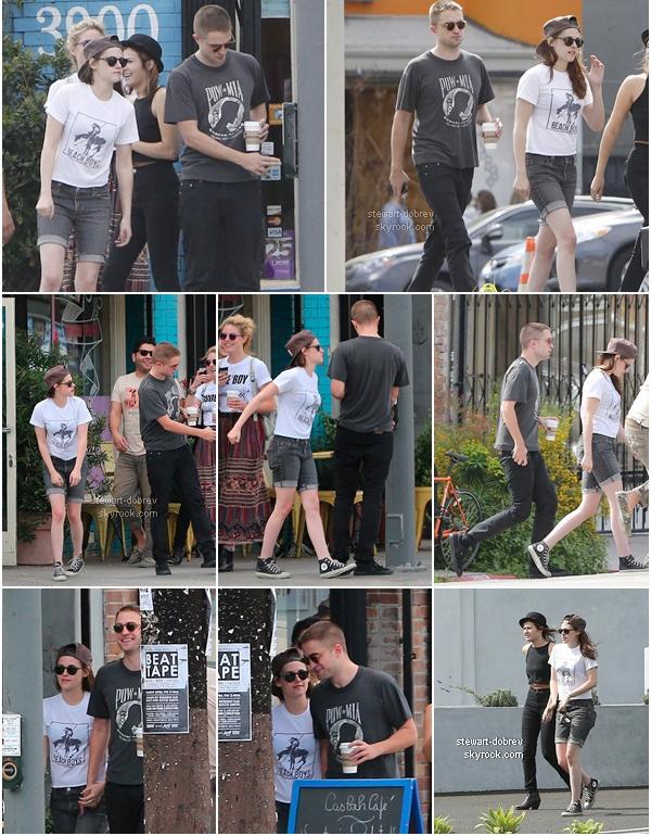 (435)04/04/2013Et une sortie entre amis en plus une. Mais sans Taylor, cette fois on a eu le droit à Robsten dans les rues de LA. Côté tenue je dois dire que c'est..le short gâche tout et je n'aime pas.