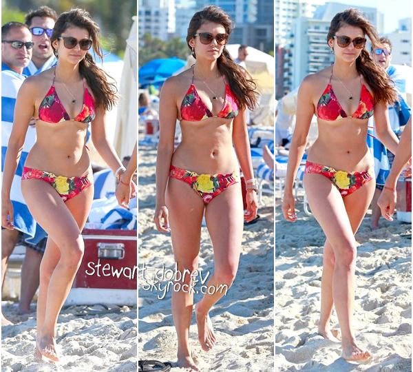 (445)28/04/2013Nina profitait encore du soleil de Miami avec Julianne Hough et Riawna Capri, ce 28 avril. Nina nous a sortie un très jolie maillot de bain fleurie cette fois, que j'adore. La robe je n'adhère pas aux couleurs.