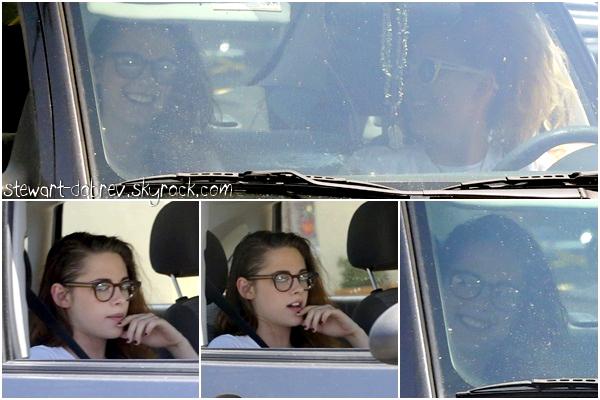 (461)20/05/2013Le retour des candids, Kristen a été vu avec Suzie dans sa voiture dans LA. A noter que Kris nous a l'air maquillé, les ongles impeccablement manicurés et en plus on a le droit à des sourires !