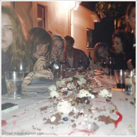 (480)11-12/06/2013Nina en vacance à Atlanta nous partage des photos entre amis sur son twitter.