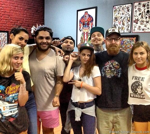 (485)21/06/2013Kristen et sa bande d'ami on fait une pause lors du roadtrip à Nashville, ce 21 juin. Une rumeur court comme quoi Kris qui se serait fait un tatouage chez le tatoueur de Nashville (ici présent sur la photo)