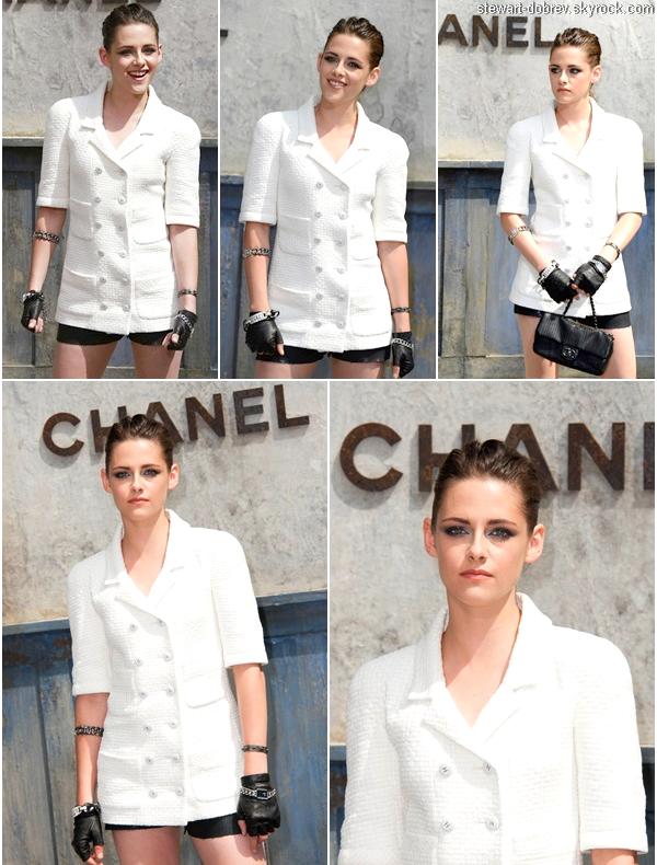 (490)02/07/2013.02/07. - Kristen débarquant à la Fashion Week de Paris pour le défilé Chanel, ce matin même. Elle était vêtue de la tête au pied de Chanel, évidemment. Vidéo. Kristen a posée avec le réalisateur de Sils Maria.