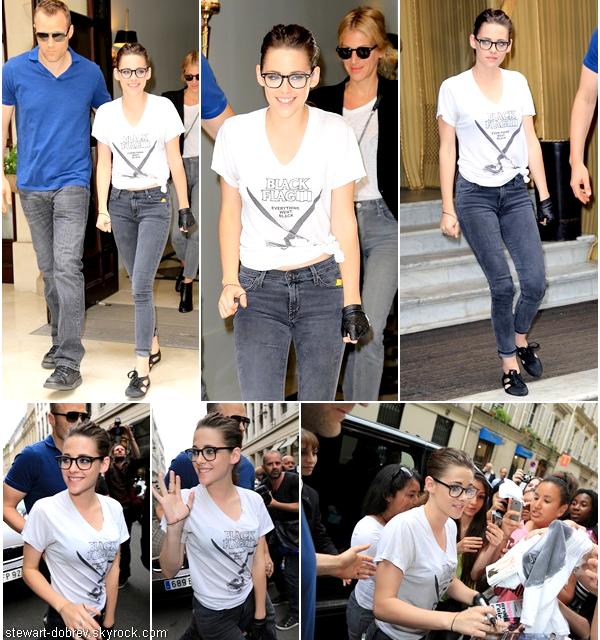 (491)02/07/2013.02/07. - Dans l'après-midi, Kris sortant de son hôtel toute souriante. _____On peut remarquer les nouvelles chaussures de Kristen au passage. Vidéos 1, 2