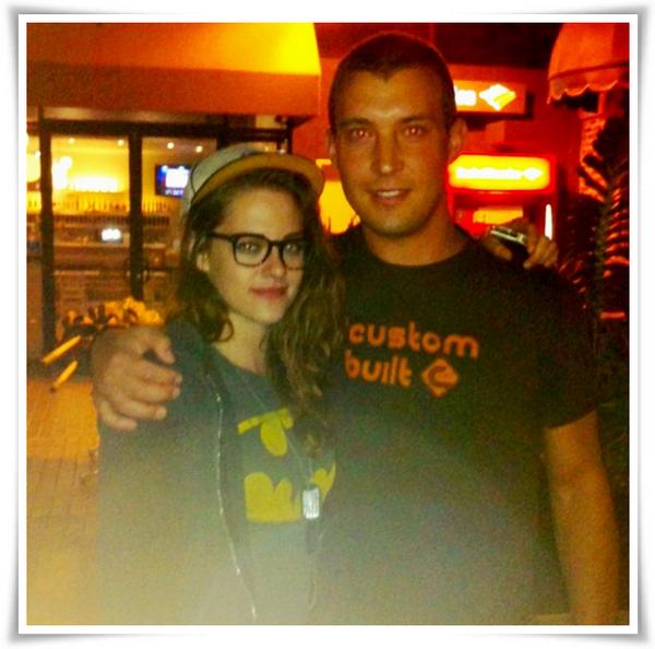 (510)31/07/2013.30/07. - Une nouvelle photo de Kristen et d'un fan dans un bar/resto à Los Angeles. michealorloski: Meilleur invité que j'ai servi jusqu'ici. Merci de t'être arrêtée dedans #KristenStewart.