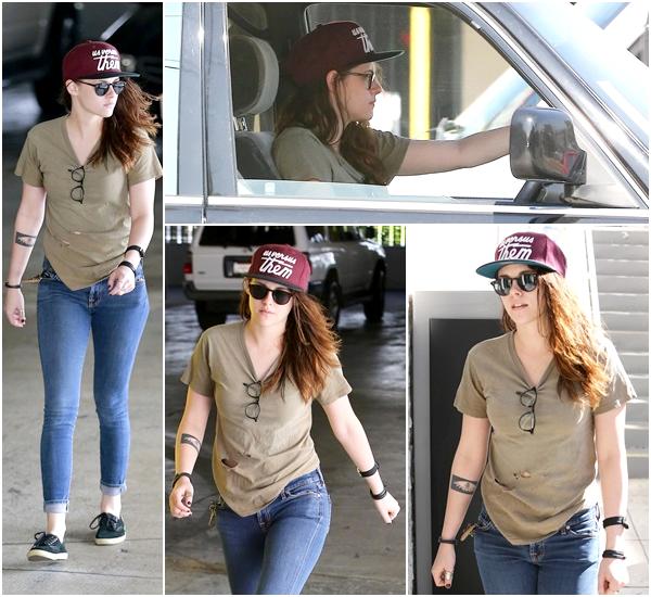 (613)13/02/2014 .12 FEVRIER. ▲ Kristen au volant de sa voiture dans Los Angeles. (Encore une fois passionnant)