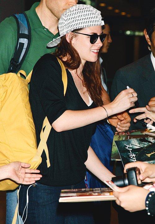 """(632)09/04/2014 .05 AVRIL. › On souhaite on bon anniversaire à qui ? Eh ben à Kristen """"JOYEUX ANNIVERSAIRE"""" ! 24 piges quand même ! (L'article est fait à la rache, je le remodifie plus tard)"""