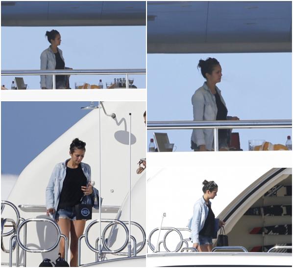 (688)22/08/2014 CANDIDS | 18/08/2014 _• Nina et ses amis dont Alexander Ludwig ont été vue sur un yacht sur l'île de Formentera en Espagne.