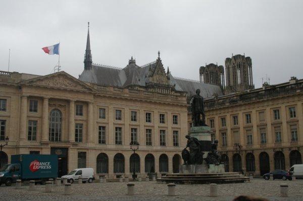 Place Royal + Cathédral arrière plan