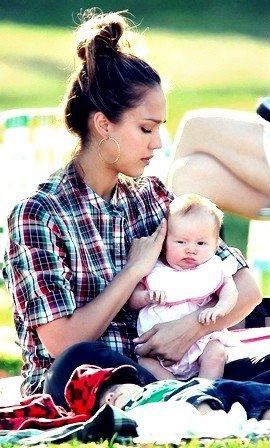 Jessica Alba garde un ½il attentif sur Haven, lors d'une sortie en famille dimanche à Beverly Hills.