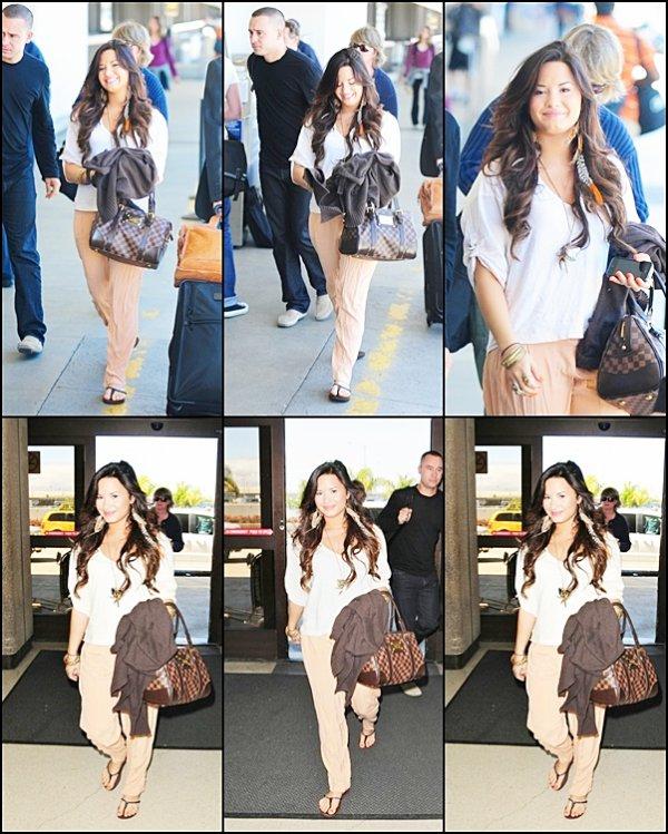 Candids du 05.06.11 : Demi souriante ( comme d'hab) a était apercue à l'aéroport de LA direction New York ! Coté Tenue : Ce sera un petit top, je ne suis pas trés fan du pantalon mais j'adore son make-up et ses magnifiques cheveux !