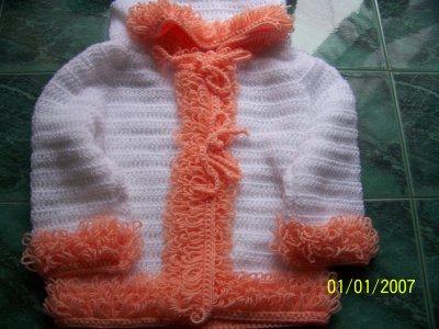 layette manteau a bouclette tricoté au crochet