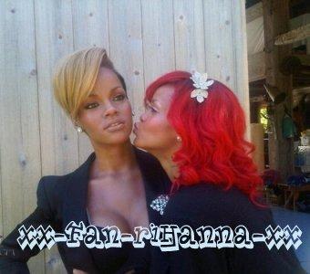 Rihanna posant avec sa statue en cire
