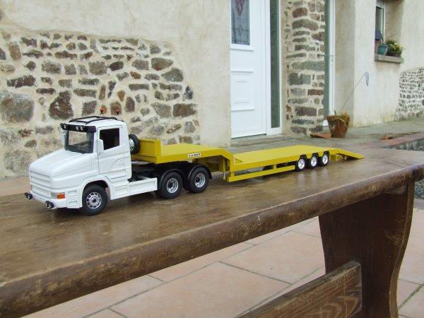 Le Scania avec le porte-engin.