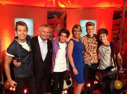 Les garçons avec les présentateurs de ITV