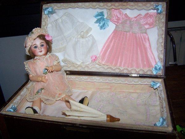 Choupette n'est pas au meilleur de sa forme pauvrette ! alors je lui prête la poupée que j'ai acheté au salon du 8 mars 2015 !