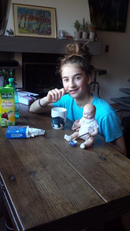 Lolita prend son petit déjeuner avec les 2 petits venus l'encourager pour sa compétition de demain à Lambesc