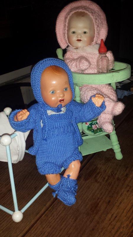 Bambino a reçu ce joli petit ensemble douillet hiver 1950-1951 bleu réalisé par Dalila !