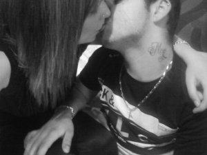 Je ne sais pas si notre histoire durera encore et encore, Mais je sais que l'amour que j'ai pour toi ne sera jamais mort. ಇ