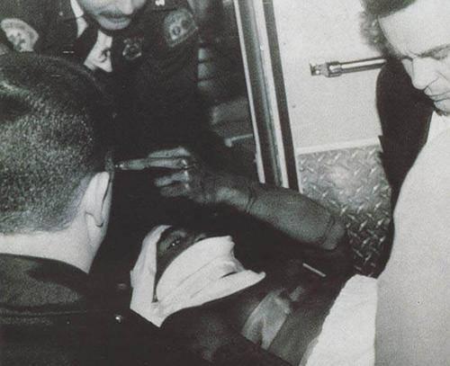 Je n'ai pas d'amis connard  C'est pour ça que j'ai niqué ta meuf, Attrape ton flingue quand tu vois Tupac  Appelle les flics quand tu vois Tupac  Vous m'avez tiré dessus, mais ces cons n'ont pas fini le boulot  Désormais vous allez ressentir le poids d'une menace sur vous  Negro, je vous aurais……