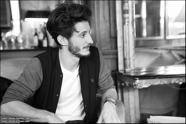 L'incroyable Pierre Niney a remporté le Prix Patrick Dewaere à Paris le 7 avril 2014. Un honneur pour le jeune homme qui était face à Guillaume Gallienne et Reda Kateb. De quoi présager le meilleur pour les futurs César 2015 !