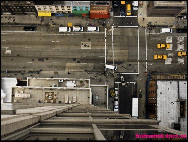 J'ai trouvé ces photos  (pas par hasard, vu dans une série puis chercher sur internet) je les est trouver très belle et est beaucoup aimé le principe qui est en parti de prendre des personnes dans la rue et de les prendre en photo dans un contexte (comme vous pouvez le voir il prend des personne originales), Je n'est pris que les photos les plus intéressantes. Elles sont d'un photographe New-Yorkais,  Zach Hyman.