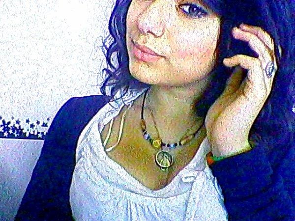 - Soit tu m'aime ; soit tu me déteste ; ne pas avoir d'amis n'est pas un pas un signe de faiblesse . J'ai grandi dans une cité ou la haine me donne des ailes , ou les déceptions s'enchaines ; car l'amitier c'est fait la belle .