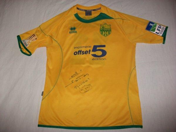 Saison 2011-2012 : Maillot préparé pour Sylvain Wiltord en Coupe de la Ligue à Sedan et signé.