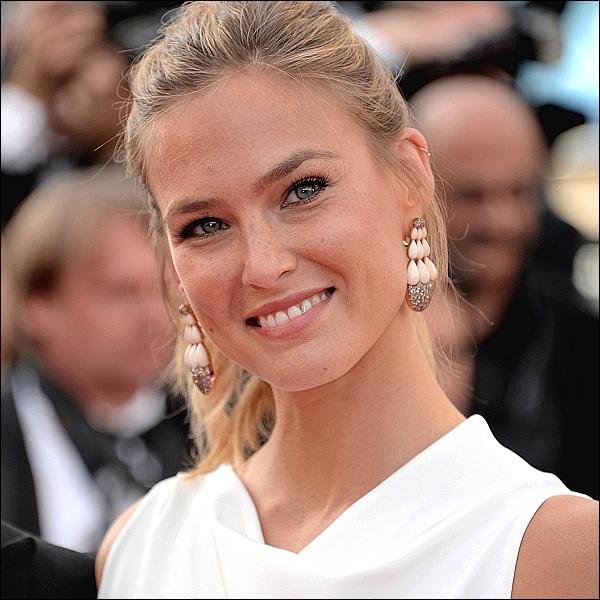 """.  Le 13 mai, Bar Refaeli  était présente à l'ouverture de la 68ème cérémonie du Festival de Cannes et de la première du film """"La Tête Haute"""". Pour l'occasion, elle était vêtue d'une robe blanche Roland Mouret et de bijoux luxueux de Grisogono. Elle était vraiment magnifique un énorme TOP. Kiffe l'article pour être prévenu(e) ! :)  ."""