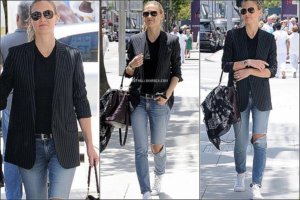 Le 28 mai , Bar a été aperçue dans les rues de Beverly Hills (CAL).                                                                 Coté tenue, c'est la simplicité qui règne : blazer et jean destroy, c'est un TOP!