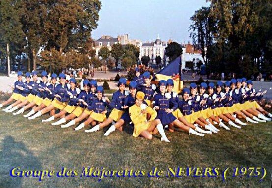 """1ère carte postale du""""GROUPE DES MAJORETTES DE NEVERS"""" (1975)"""