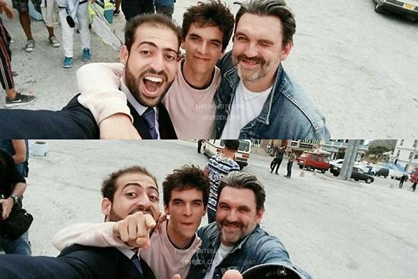 Fionn et Stéphane Bak avec le sweat 'Dunkirk' récemment sur le tournage de 'Caravan' + avec d'autres personnes :