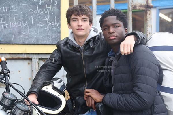 Fionn et Stéphane Bak sur le set de 'Caravan' ' récemment :